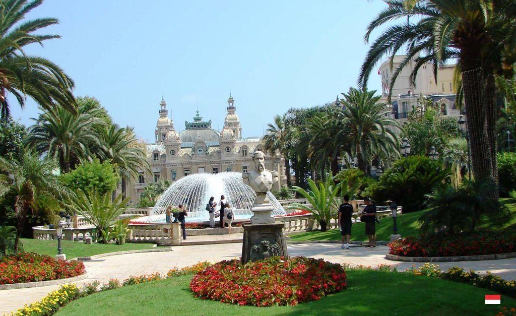 Прекрасные сады казино Монте-Карло в Княжестве Монако